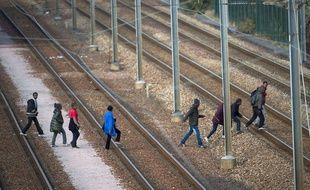 Des migrants sur le site du tunnel sous la Manche en août 2015