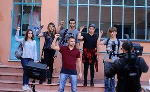 Penn Skort et des figurants lors du tournage du clip