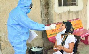 Une personne se fait tester contre le Covid-19 en Inde, en mai 2021 (Illustration)