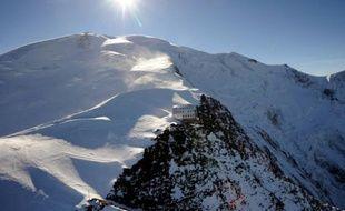 Vue du refuge du Goûter à 3.835 mètres, sur la voie d'ascension du Mont-Blanc, le 3 octobre 2012