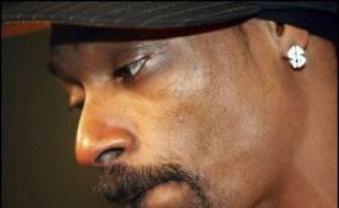 La star du rap américain Snoop Dogg risque d'être poursuivie pour avoir tenté d'embarquer dans un avion avec une matraque télescopique dans un de ses bagages à main.