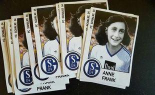 Ces stickers ont été pris en photos et diffusés sur Facebook par un hooligan allemand