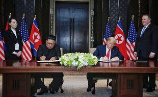 Kim Jong-un et Donald Trump signent une déclaration commune, à Singapour le 12 juin 2018.