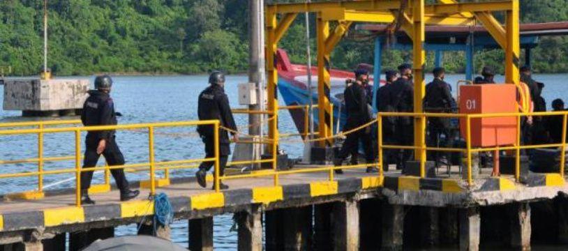 Des policiers indonésiens d'un peloton devant exécuter des condamnés à mort embarquent pour l'île de Nusakambangan, le 28 avril 2015