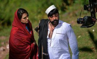 """Les acteurs pakistanais Shahid Khan (d) et Sobia Khan jouent une scène du film du réalisateur pachtoune Arshad Khan """"Ma Chera Gharib Sara"""" (Laissez les pauvres tranquilles) le 9 juin 2015  à Murree, près d'Islamabad"""
