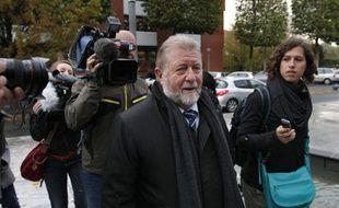 Jean-Pierre Kucheida le 17 octobre 2012, à son arrivée au commissariat de Douai (Nord-Pas-de-Calais).