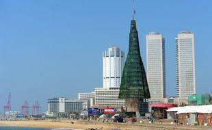 L'arbre de Noël artificiel en construction à Colombo, le 24 décembre 2016.