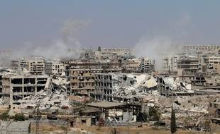 De la fumée s'élève de Leramun, quartier tenu par les rebelles à Alep, pendant une opération de l'armée du régime, le 26 juillet 2016