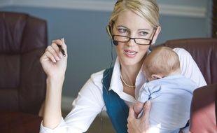 Illustration d'une femme au travail avec son nourrisson.