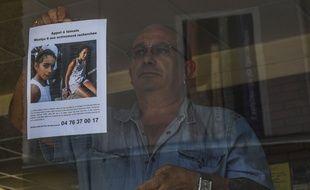 Le propriétaire d'un bar de la région de Pont-de-Beauvoisin affiche en vitrine l'avis de recherche de Maëlys, fillette de 9 ans disparue dans la nuit de samedi à dimanche.
