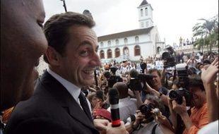 Nicolas Sarkozy et François Bayrou achèveront samedi leurs visites outre-mer tandis que Ségolène Royal sera au parlement des banlieues de Villeurbanne, près de Lyon.