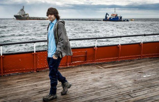 Le 23 juin 2016, aux Pays-Bas, Boyan Slat marche devant un prototype de barrières flottantes qu'il souhaite mettre en place dans le Pacifique Nord pour nettoyer les déchets.