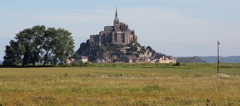 Le Mont Saint-Michel photographié depuis les parkings mis en place à 2,5 km du site.
