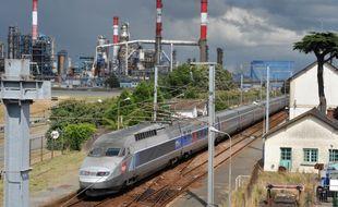 Un TGV circulant à proximité de la raffinerie Total de Donges.