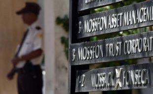 Un policier à l'entrée du cabinet Mossack Fonseca le 5 avril 206 à Panama