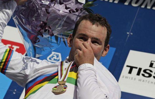 Le Britannique Mark Cavendish, le dimanche 25 septembre, sur le podium des championnats du monde, à Copenhague.