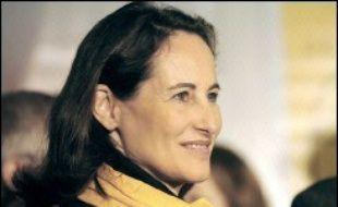 """Ségolène Royal, investie dimanche candidate du PS à l'élection présidentielle de 2007, va mettre en place ces jours-ci """"une équipe de campagne réduite"""", a déclaré lundi à la presse le porte-parole du PS, Julien Dray."""