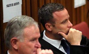 Oscar Pistorius et son avocat Barry Roux (G) le 17 mars 2014 au tribunal à Pretoria