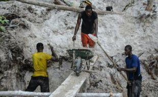 Des chercheurs d'or le 13 novembre 2015 à Mayibouth dans le nord-est du Gabon