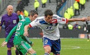 Yoann Gourcuff à la lutte avec le Stéphanois Fabien Lemoine.