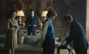 Olivia Colman, Josh O'Connor et Emma Corrin dans la saison 4 de « The Crown ».