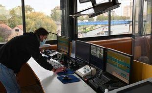 David Liouville, éclusiers à Port-à-l'Anglais gère les deux écluses et le barrage depuis ses écrans d'ordinateurs.