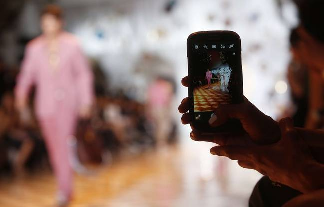 Pendant la Fashion Week, les invités ont autant l'œil rivé sur leur Smartphone que sur les collections.