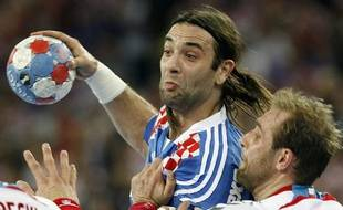 Croatia's Ivano Balic (C) struggles for the ball with Poland's Michal Jurecki (L) and Artur Siodmiak during their game at Men's World Handball Championship semi-final match in Zagreb January 30, 2009.   REUTERS/Nikola Solic (CROATIA)