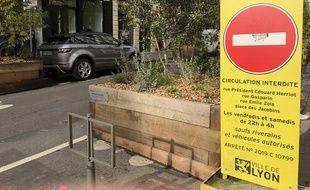 La rue Edouard Herriot a été fermée à la circulation en soirée le week-end en 2019 pour limiter les nuisances dénoncées par les habitants .