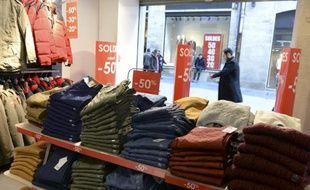 Un magasin à Bordeaux qui affiche des soldes allant jusqu'à 50%, le 7 janvier 2015