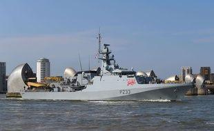 La Royal Navy, ici le tout récent HMS Tamar, se tient prête à affronter les chalutiers français dans les eaux de la Manche.
