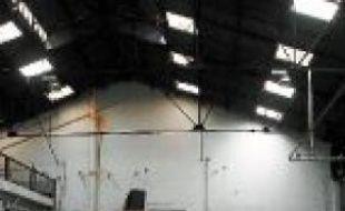 Les Roms ont investi un hangar.