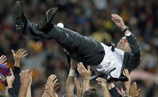 Pep Guardiola porté en triomphe par ses joueurs, le 5 mai 2012