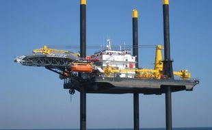 Le jack-up Jill est un bateau équipé de jambes mobiles, et d'une coque capable de s'élever au-dessus de la mer
