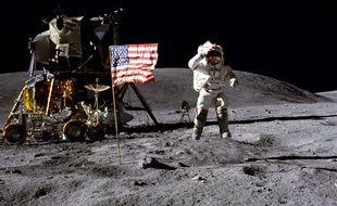 L'astronaute John Young salue le drapeau américain sur le sol de la Lune lors de la mission Apollo 16 en 1972.