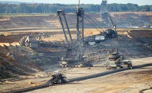 Une excavatrice travaille à l'extension de la mine à ciel ouvert de lignite de Hambach, dans l'ouest de l'Allemagne.
