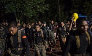 Des centaines de secouristes sont mobilisés autour de la grotte.
