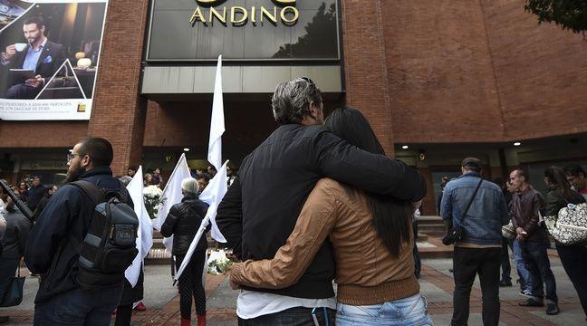 Des gens viennent se recueillir devant le centre commercial Andino. – Raul ARBOLEDA