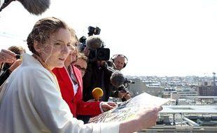 Nathalie Kosciusko-Morizet, en compagnie de la maire (UMP) du 17e arrondissement Brigitte Kuster lors d'une visite à la ZAC des Batignolles le 4 juin 2013.