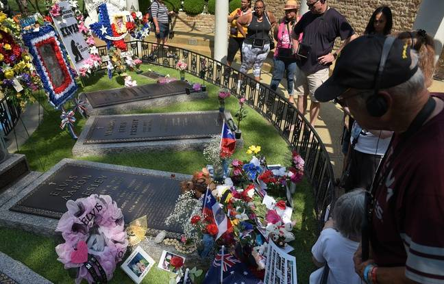 Août 2017. Des fans se recueillent sur la tombe d'Elvis Presley à Graceland, la propriété de la star.