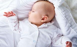 """Le syndrome des bébés à tête plate, ou """"plagiocéphalie"""", est causé par le fait d'allonger exclusivement les jeunes bébés sur le dos."""