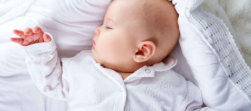 Dans le nouveau carnet de santé, qui sera distribué à partir du 1er avril 2018, il est recommandé d'installer le lit du bébé dans la chambre parentale durant les 6 premiers mois de sa vie.