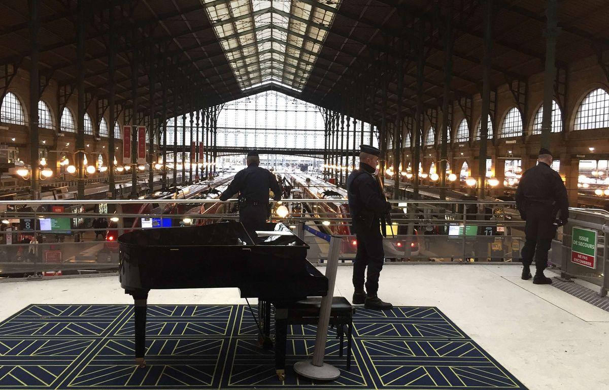 Des policiers dans la gare du Nord, à Paris. – Tony Hicks/AP/SIPA