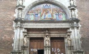 Des tags «no God» sur les portes de l'église Notre-Dame de la Dalbade, à Toulouse.
