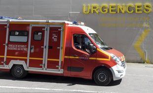 Un camion de pompiers devant un service d'urgences.