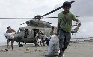 Des survivants du typhon Haiyan dans le village philippin de Capiz, le 11 novembre 2013.