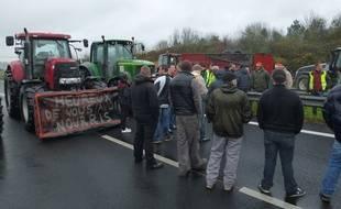 Les agriculteurs ont bloqué dans l'après-midi la RN12 au niveau de Bédée en Ille-et-Vilaine.