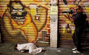 Pétards et coups de feu sporadiques se font entendre à l'arrivée d'une équipe municipale de lutte contre l'addiction au crack dans la favela de Jacarezinho (banlieue pauvre de Rio), où ce dérivé bon marché de la cocaïne fait des ravages.