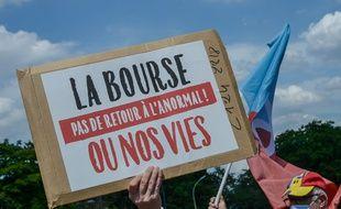 Des soignants ont manifesté devant l'hôpital Robert-Débré à Paris le 21 mai 2020 pour sauver l'hôpital et demander plus de moyens, des lits et une reconnaissance par le salaire, dans cette période de crise sanitaire due au Covid-19.
