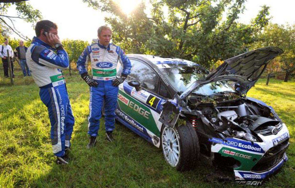Petter Solberg et son co-pilote Chris Patterson après la sortie de route au Rallye de France, le 6 octobre 2012 à Epfig en Alsace. – FREDERICK FLORIN / AFP